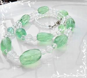 グリーンエメラルド色のネックレス
